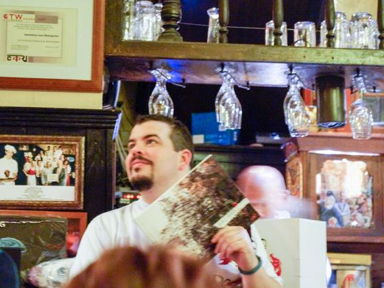 Aidan mit einem signierten Artbook